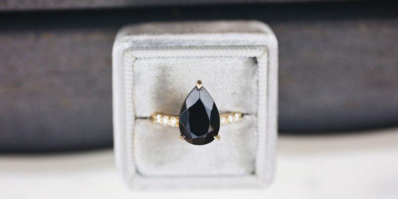 Signification de la bague de fiançailles en diamant noir