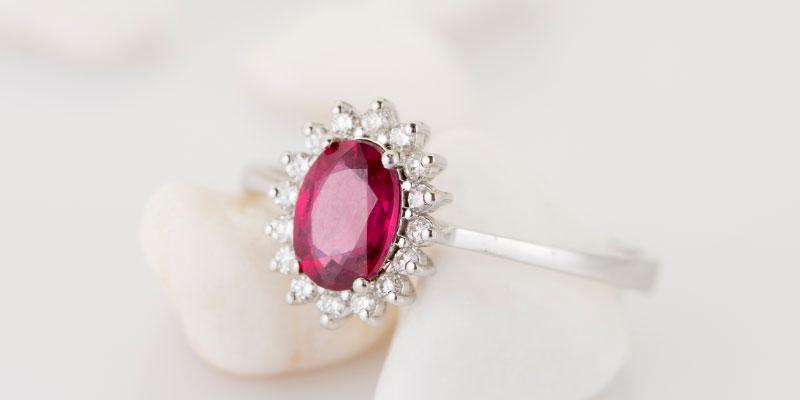 Que signifie une bague de fiançailles en rubis?